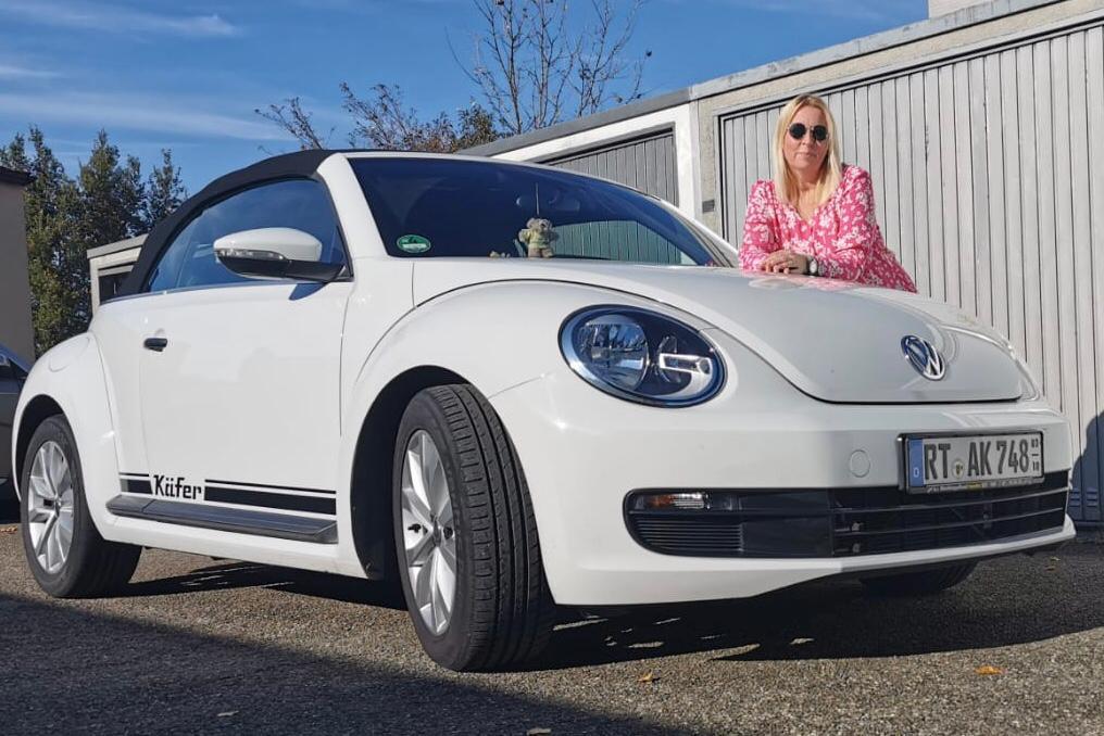 Annette Klaus mit ihrem weißen VW Beetle
